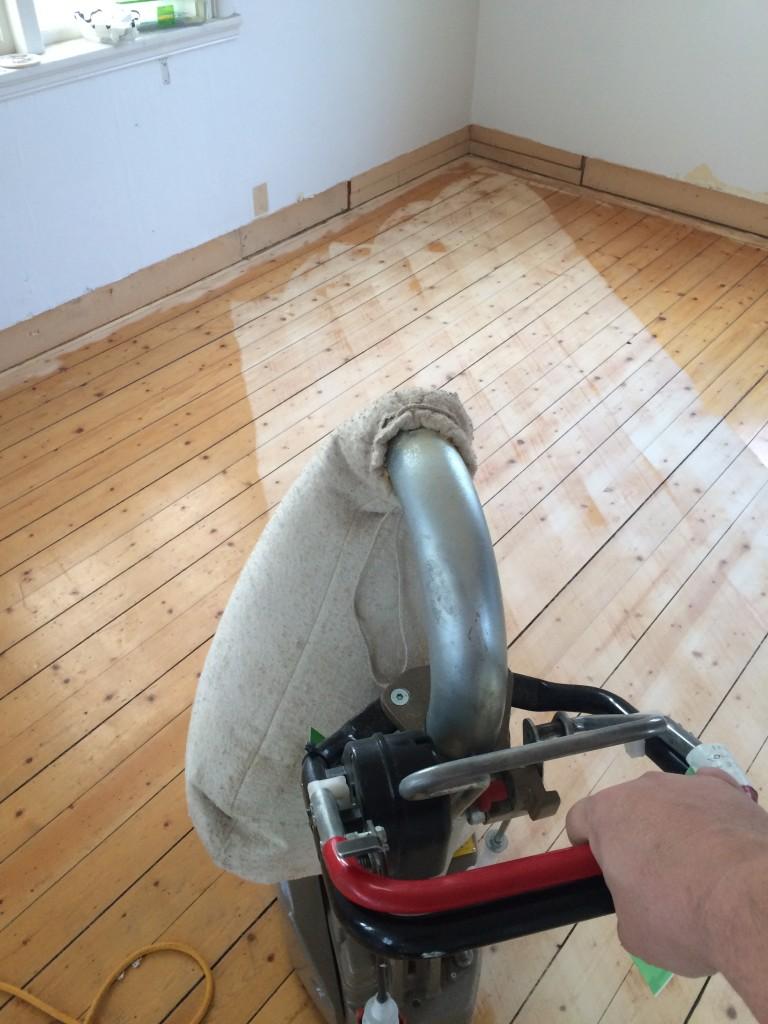 Diagonalslipning för att ta bort vågigt golv