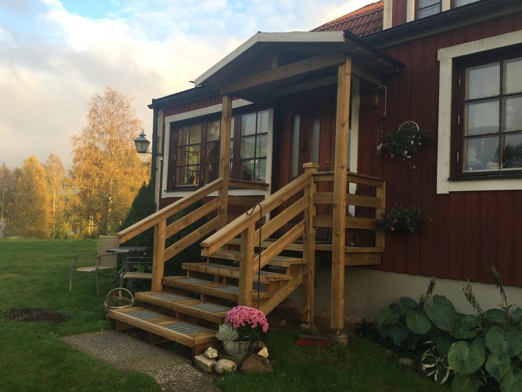 Ny trappa med halkskydd och tak